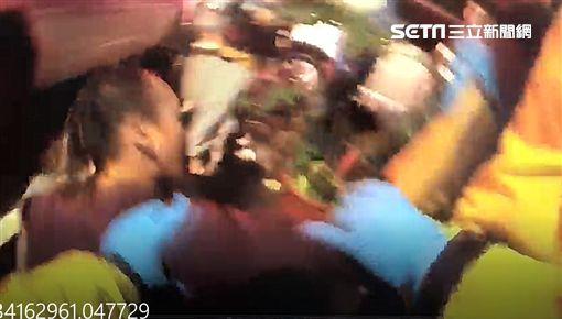 喝醉最大?新北市消防局樹林分隊上個月26日接獲民眾報案,樹林區東榮街有人疑似骨折需要救護車,消防隊員抵達現場後,沒想到受傷的林姓男子,不但不配合消防隊員檢傷,甚至出手痛毆前來救護的消防隊員,過程中不斷國罵、吐口水,最後被趕來的警方一同壓制送醫。在現場參與救護的張姓消防隊員痛批該名男子:「嚴厲譴責暴力,我們是救人,不是來被你打的。」