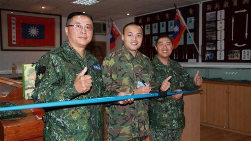 鄭兆村致贈簽名標槍(圖/取自中華民國陸軍司令部臉書)