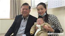 魏崢醫師與鍾姓患者母子開心合影。(圖/童綜合醫院提供)