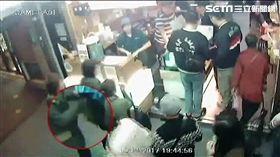 台北市大同分局接獲線報,指出觀光夜市遭外籍扒竊集團入侵,警方率隊前往夜市埋伏,該集團再度現身行竊,警方一擁而上逮捕2男1女,訊後將3人依竊盜罪送辦。(翻攝畫面)