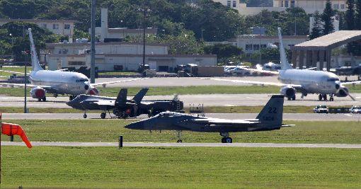 美軍F-35與F-15於沖繩聯訓美國空軍目前在日本沖繩的嘉手納基地部署12架F-35A戰機,著重與F-15進行聯合訓練。圖為落地正在加油的F-35(中左)及剛落地的F-15(前)。中央社記者陳亦偉琉球攝  106年12月9日