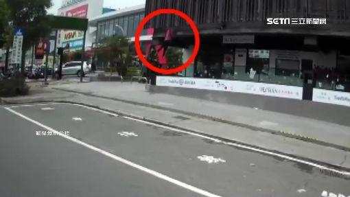 驚險瞬間! 騎士等紅燈目擊清潔工二樓墜下