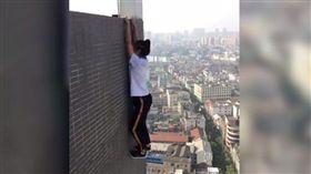 吳詠寧常直播挑戰高空極限。(圖/翻攝北京時間)