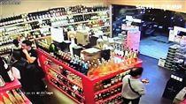 李男與程女相偕前往林森北路的洋酒行,竊取日本山崎及麥卡倫21年威士忌,所幸店員及時發現搶下背包,警方循線前往桃園楊梅逮人,訊後依竊盜罪函辦(翻攝畫面)