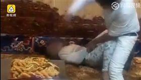 中國大陸,青海,男童偷錢被父親用皮鞭抽打潑冷水(圖/翻攝自網易視頻)