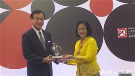 民主基金會董事長、立法院長蘇嘉全頒獎馬來西亞「乾淨與公平選舉聯盟2.0」。(記者盧素梅攝)