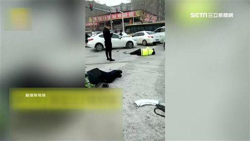 直擊! 失控車撞飛警 警受傷躺雪地等救援