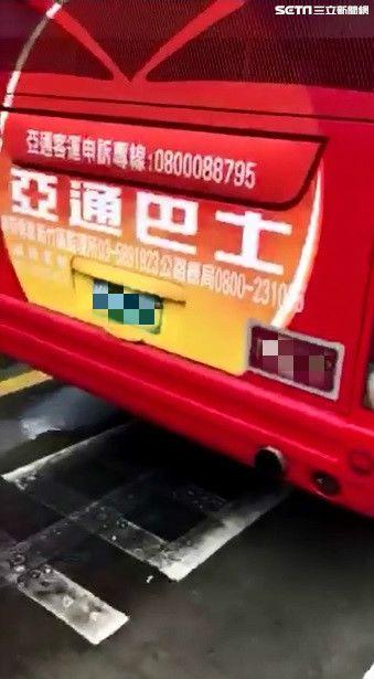 桃園,亞通客運行駛未關車門,駕駛邊開邊抽菸(圖/民眾提供)