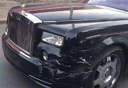 勞斯萊斯被撞 駕駛要肇事男「賣房子吧」微博