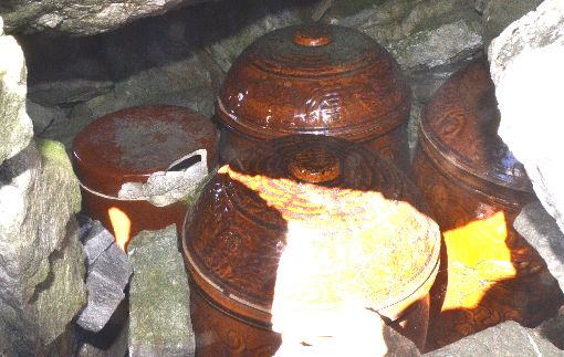 海拔3千的終戰 救難英雄骨骸還在山上25年前,林務局林班人員在嘉明湖附近工作,意外在嘉明湖畔發現3具遺骸,研判是1945年三叉山事件的搜救人員,於是將骨骸置入甕中(圖),葬在湖畔。中央社記者盧太城台東攝 106年12月10日