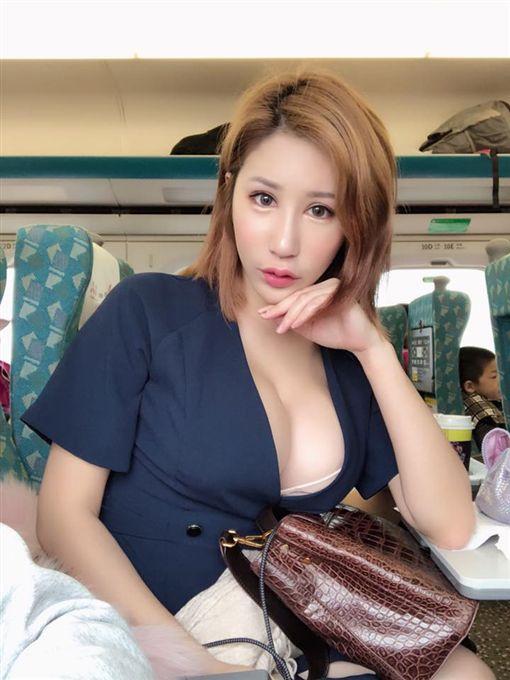 辛尤里,短袖,短裙,F奶,台鐵,區間車,乘客(圖/翻攝自辛尤里臉書)