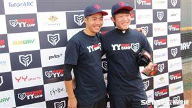 ▲陳冠宇(右)與呂彥青共同出席棒球營。(圖/記者蕭保祥攝)