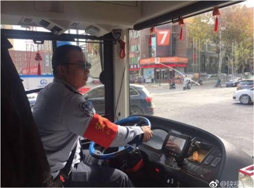 公車,司機,西安,椅墊,坐墊,大陸,西安,偷竊,素質 圖/翻攝自微博