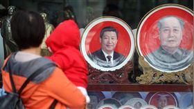 中共19大在即 民眾淡定面對(1)中共19大專題中共19大即將在18日召開,北京市各項維穩管控措施升級,但天安門廣場外民眾並未受警戒氣氛影響,依然淡定旅遊。圖為民眾觀看中共總書記習近平周邊商品。中央社記者吳家昇攝 106年10月16日