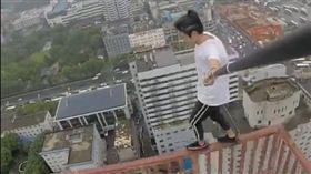 吳詠寧常直播挑戰高空極限。(圖/翻攝吳詠寧微博)