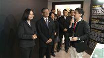 總統蔡英文參觀「106府會資安週」活動。(圖/總統府提供)