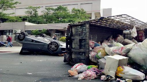 賓士超車撞回收車 兩車翻覆場面驚悚