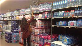 比利時超市常見有一大排的礦泉水區,種類之多令人眼花撩亂,瓶裝水的價格親民,加上這裡的自來水屬於硬水,讓當地民眾習於買水。(中央社)