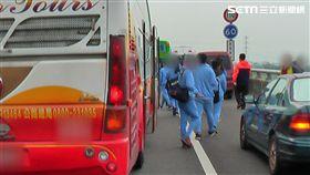 校車國道追撞轎車 38名學生推擠碰撞