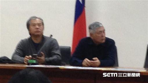 台灣健康空氣行動聯盟及導演柯一正(右)今(12)在立院召開記者會,將在12月17日在台中、高雄同步舉辦反空污抗暖化大遊行。(圖/記者李英婷攝)
