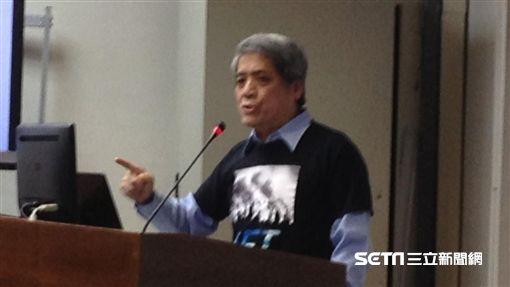 台灣健康空氣行動聯盟召集人葉光芃今(12)在立院召開記者會,將在12月17日在台中、高雄同步舉辦反空污抗暖化大遊行。(圖/記者李英婷攝)