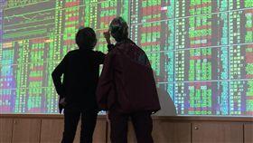 台股收盤跌38.16點(3)台北股市7日收盤下跌38.16點,為10355.76點,跌幅0.37%,成交金額新台幣1372.22億元,投資人觀望綠油油盤面。中央社記者董俊志攝 106年12月7日