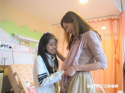 林志玲到台大兒童醫院探望病童替他們加油打氣。(圖/台大醫院提供)