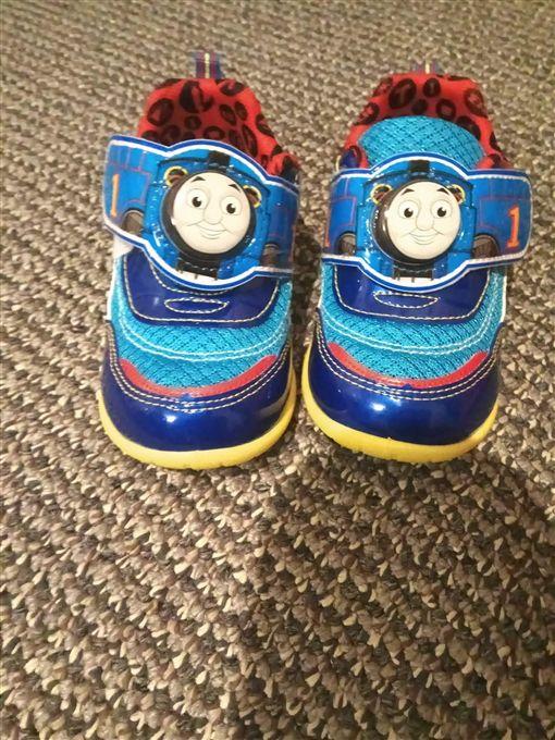 鞋子,布鞋,童鞋,亮亮鞋 圖/翻攝自爆怨公社