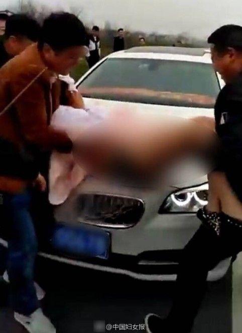 陝西伴娘被抬引擎蓋上打屁股/中國婦女報