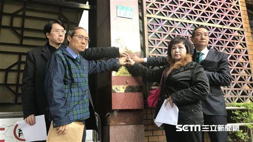 馬偕醫院董事長劉伯恩(中),被控涉及背信,今偕同多名馬偕高層反控「台灣百合正義聯盟」誹謗。潘千詩攝影