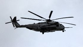 沖繩美軍直升機掉機窗  落入國小操場