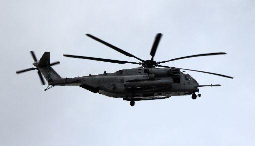 沖繩美軍直升機掉機窗  落入國小操場日本沖繩美軍普天間基地一架CH-53E超級種馬型直升機,13日發生機窗脫落掉進一所國小操場意外,一名10歲男童疑因此受輕傷。圖為普天間基地的CH-53E同型機。中央社記者陳亦偉攝  106年12月13日