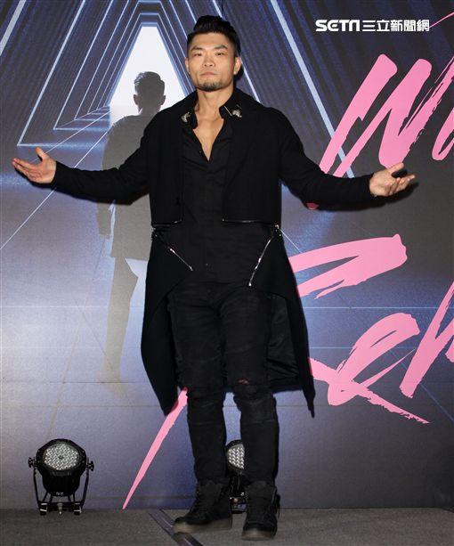 李玖哲新專輯發片,麻吉大哥黃立成充當主持人,當場要李玖哲秀六塊肌。(記者邱榮吉/攝影)