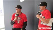 ▲NIKE青棒菁英訓練營投手教練David Turgeon(多情)與翻譯接受訪問。(圖/記者蕭保祥攝)