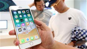 iPhone 8開賣  果粉試用新機(1)電信業者22日開賣iPhone 8系列新機,各家電信都出現購機人潮,果粉在首賣現場試用iPhone 8新機。中央社記者吳家昇攝  106年9月22日