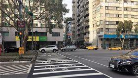 台北市政府獲得中央補助,辦理「路口安全警示計畫」,目前已在大安區仁愛醫院前方道路,裝設光達及雷達監控來往行人,並以面板警示行人及公車駕駛,倘若行人闖紅燈或公車通過時,面板就會閃爍「紅燈勿行」及「左側來車」等字樣(呂品逸攝)
