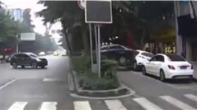 車禍,倒車,大陸,重慶,女駕駛,三寶 圖/翻攝自YouTube