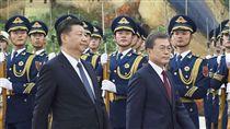 南韓總統文在寅訪北京南韓總統文在寅(右)今天訪問北京,與中國大陸國家主席習近平在北京人民大會堂前檢閱儀仗隊。(共同社提供)中央社 106年12月14日