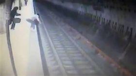月台,火車,羅馬尼亞,Alina Ciucu,Bucharest,落軌 圖/翻攝自YouTube