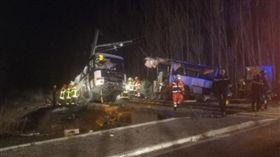 法國,車禍,火車追撞校車(圖/翻攝自推特)