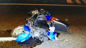 情侶騎車自撞電桿!少女拋飛外車道 再遭酒駕追撞送醫不治(圖/翻攝畫面)