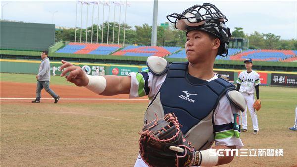 廖健富使用劉時豪的粉紅手套上場。(圖/記者王怡翔攝)