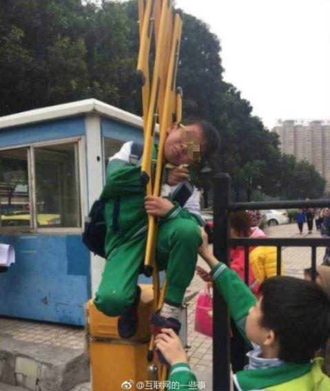 中國大陸,男童,柵欄,欄杆,空中,吊掛(圖/翻攝自梨視頻)https://www.weibo.com/1717833412/FzN33xgg5?refer_flag=1001030106_&type=comment
