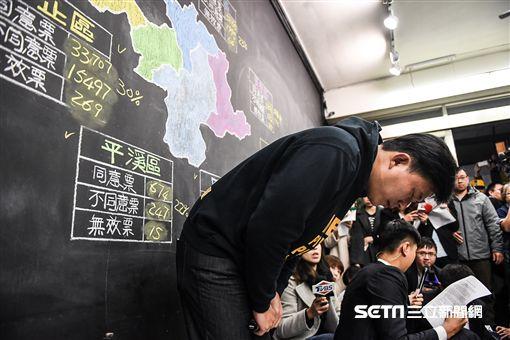 黃國昌罷免投票,立委黃國昌本人前往汐止服務處發表談話 圖/記者林敬旻攝