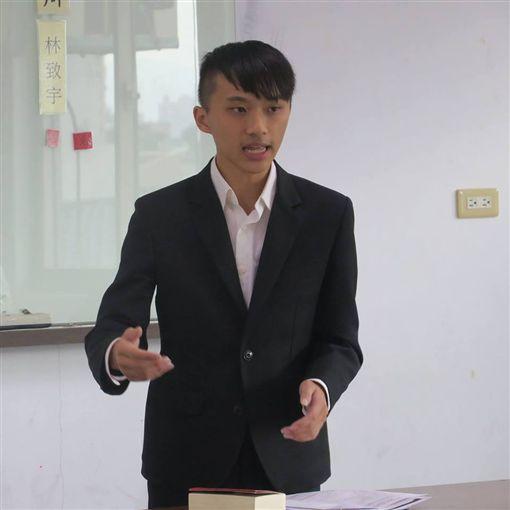 林致宇認為余光中的殞落,將會是台灣文學的黎明。(圖/翻攝林致宇臉書)
