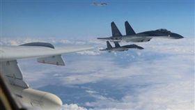 中國空軍多型戰機編隊12月11日「繞島巡航」,進行常態化遠洋訓練。(圖/翻攝新華社)
