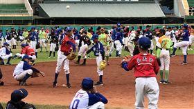 500人傳接球挑戰紀錄失敗(1)2017年第20屆諸羅山盃國際軟式少年棒球邀請賽16日在嘉義市登場,並進行500名少棒選手傳接球,挑戰最多人連續傳接球金氏世界紀錄,但挑戰4次都失敗。中央社記者黃國芳攝 106年12月16日