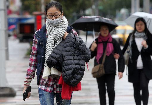 氣溫仍低  外出保暖(1)中央氣象局指出18日受強烈大陸冷氣團影響,各地氣溫微幅回升,但是均溫仍低,北台灣高溫只有攝氏16度。中央社記者鄭傑文攝 106年12月18日