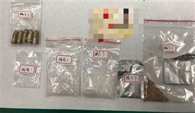 警方在3人身上搜出毒品,更查獲5顆子彈。(圖/翻攝畫面)