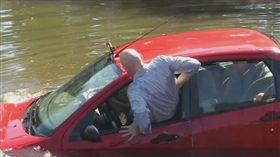 車輛落水從車窗逃生。(圖/車訊網)(業配)